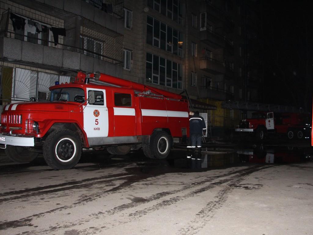 Пожар в общежитии: спасателям пришлось снимать людей с верхних этажей