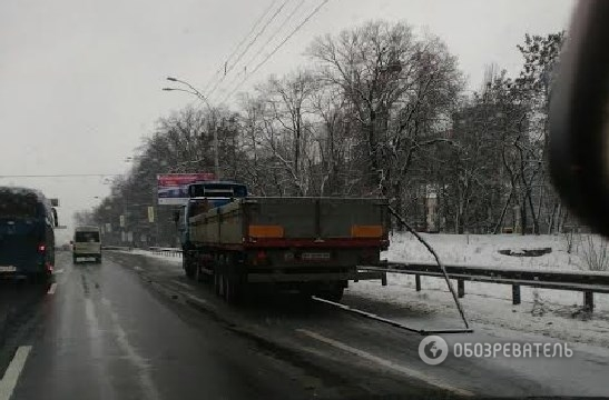 На выезде из города грузовик снес транспортную остановку