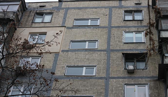Киевские власти уберегли старый жилой дом от снега и наледи