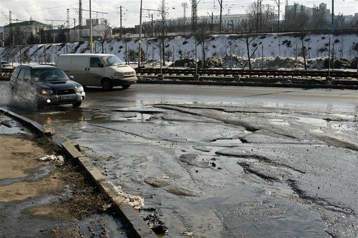"""Виновата погода: в """"Киевавтодоре"""" объяснили, откуда ямы на дорогах"""