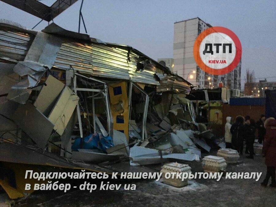"""Неизвестные уничтожили рынок возле метро """"Оболонь"""""""