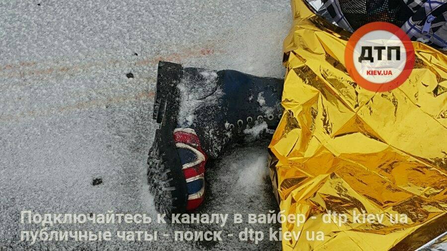 Ужасное смертельное ДТП: девушка в наушниках перебегала Броварской проспект