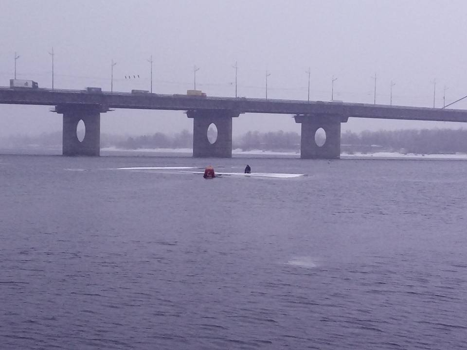 Возле Московского моста в Киеве едва не утонул мужчина