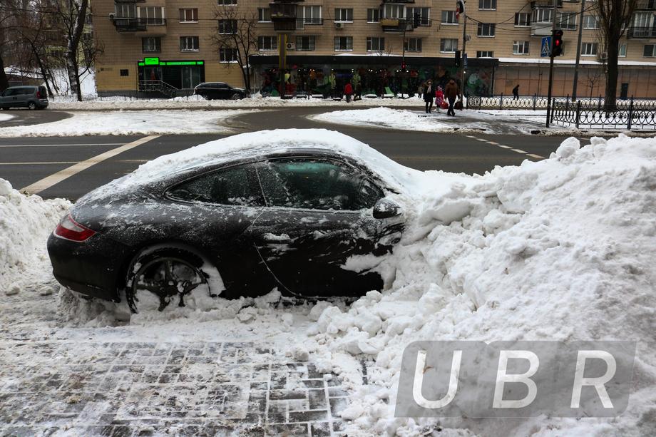 """Снегоуборочная техника """"закопала"""" в Киеве дорогой автомобиль"""