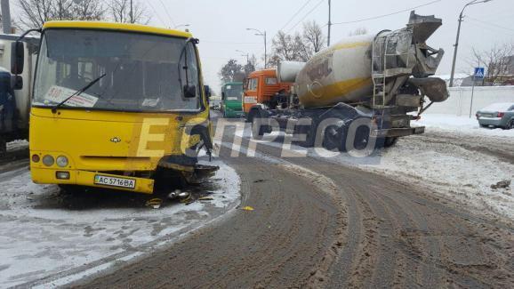 Скользкая дорога: в Киеве бетономешалка врезалась в маршрутку