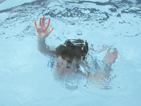 Гибель ребенка в бассейне: взрослые грелись в бане, когда мальчик тонул