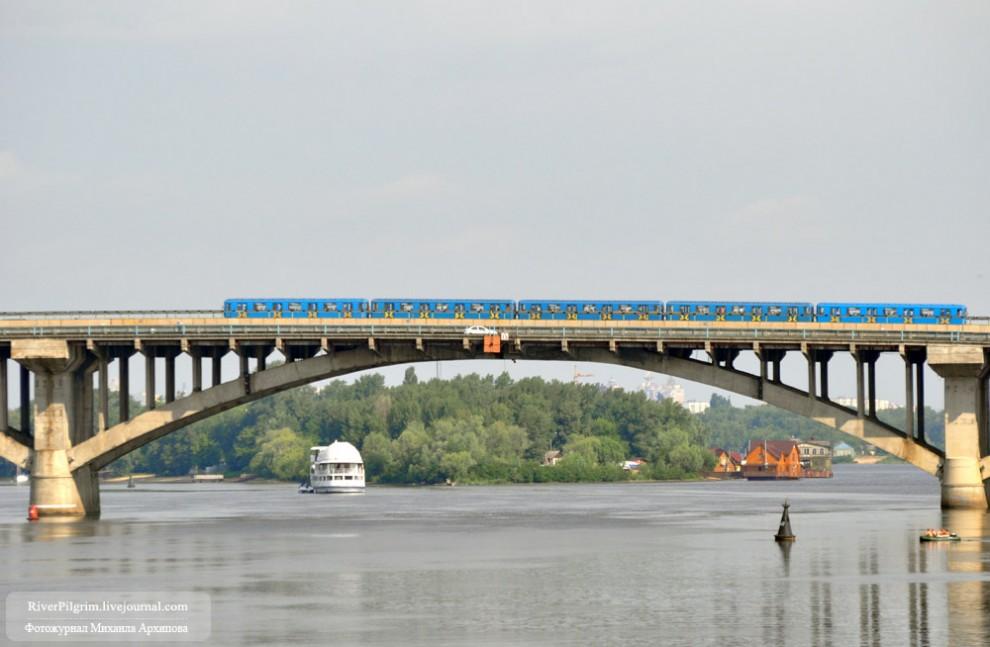 С моста Метро в Киеве прыгнул человек