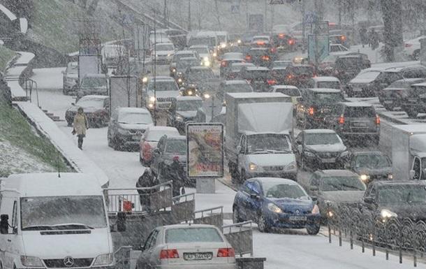 Из-за снегопада транспорт в Киеве изменил режим движения