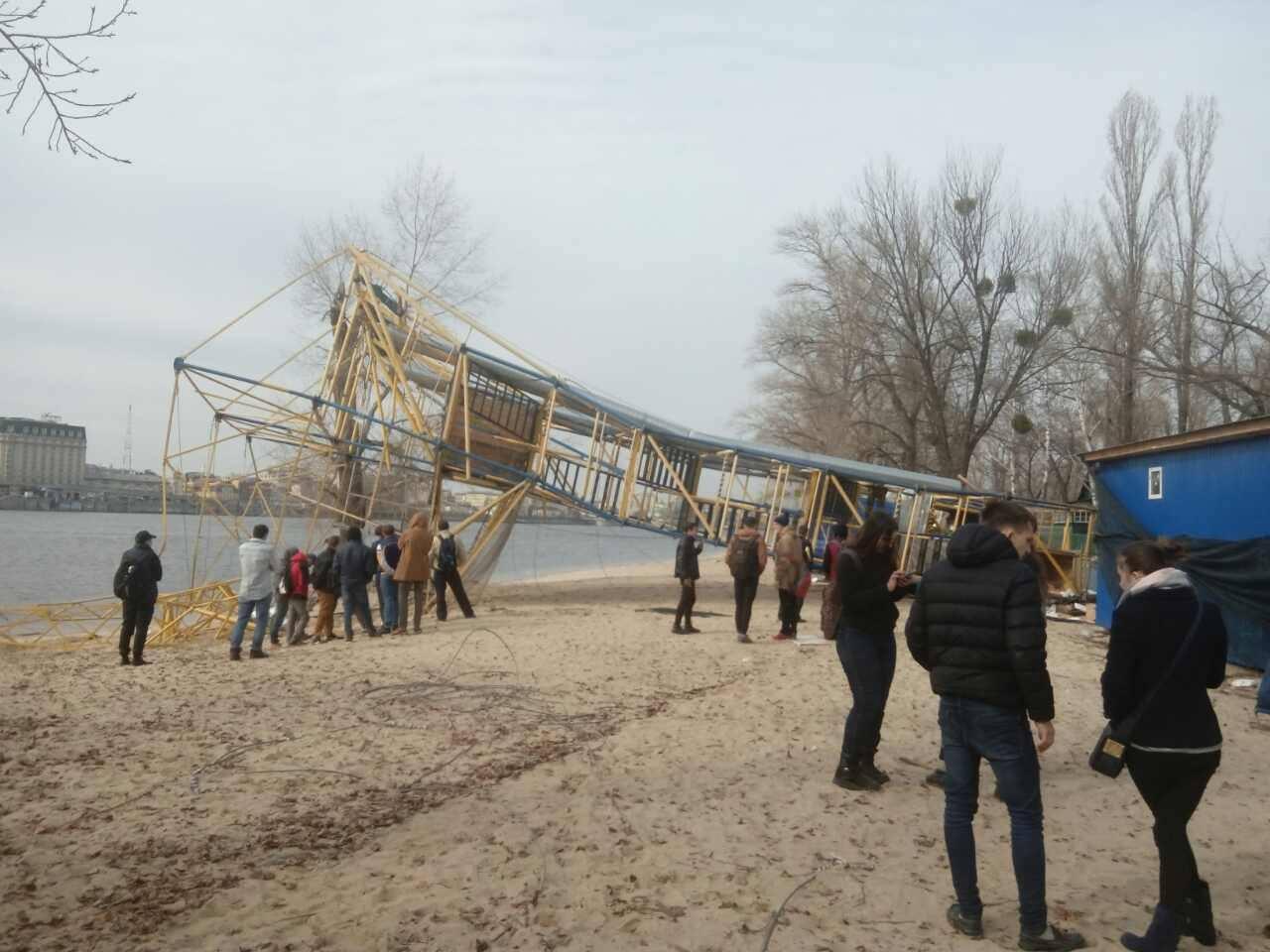 Неизвестные уничтожили троллей над Днепром в Киеве
