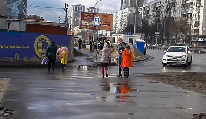 """Вблизи Воздухофлотского моста в Киеве появился """"опасный"""" переход"""