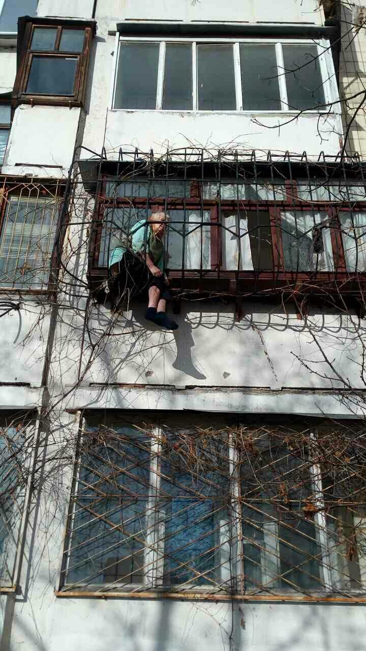 В Киеве пенсионерка застряла в оконных решетке