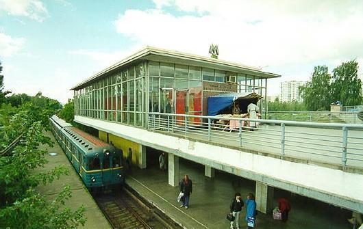"""На станции метро """"Черниговская"""" пассажир попал под поезд"""