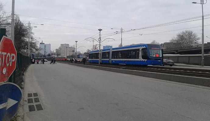 """Возле универмага """"Украина"""" трамвай снова сошел с рельс."""