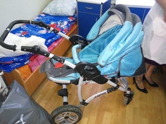 Возле жилого дома в Киеве ночью прохожие обнаружили коляску с детьми