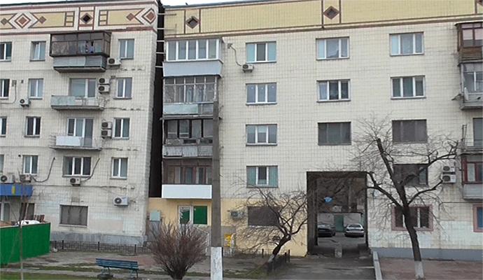 """В центре Киева возле покосившегося дома строят уже """"мега-стекляшку"""""""