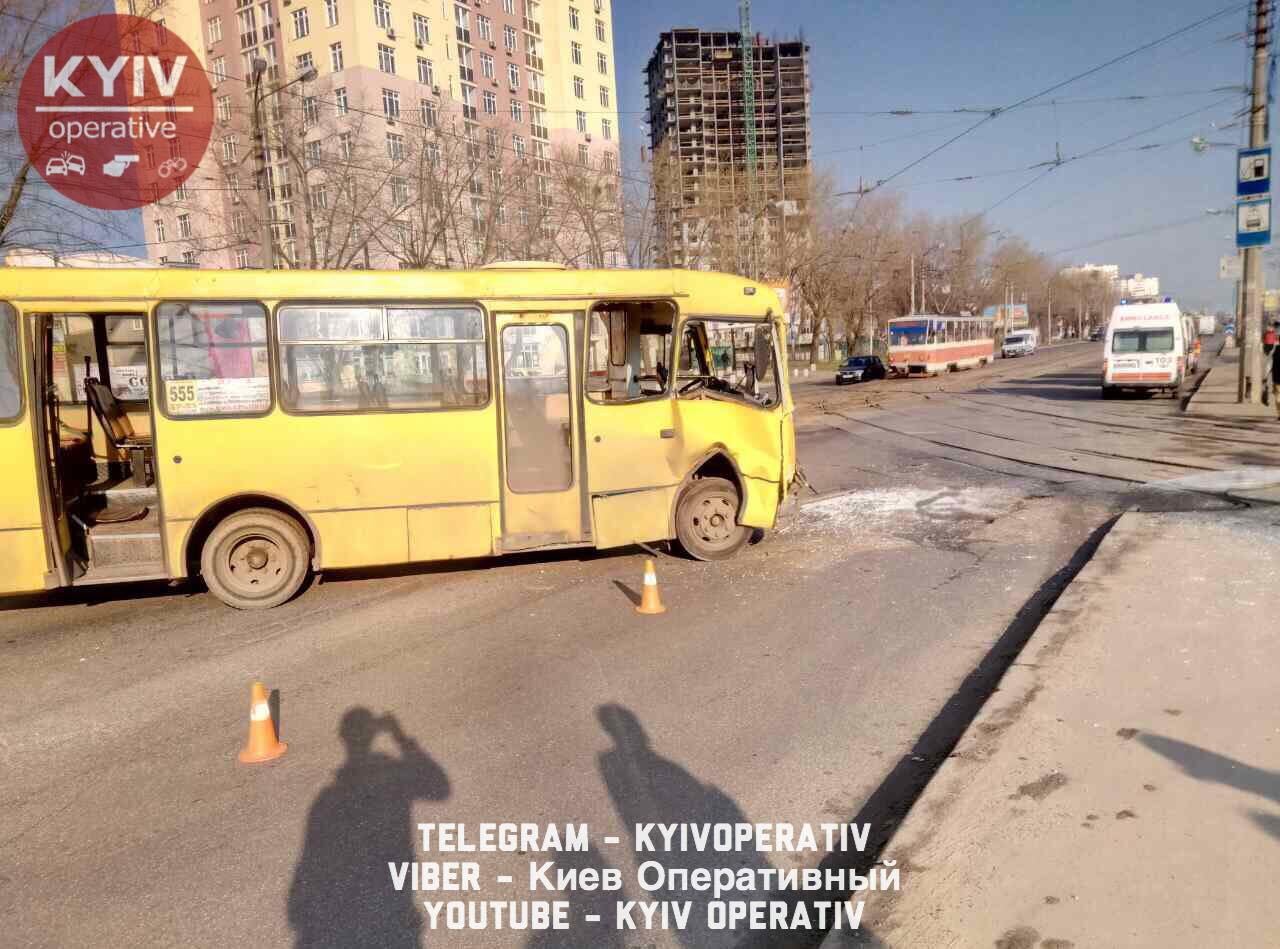 """Возле метро """"Черниговская"""" столкнулись трамвай и маршрутка"""