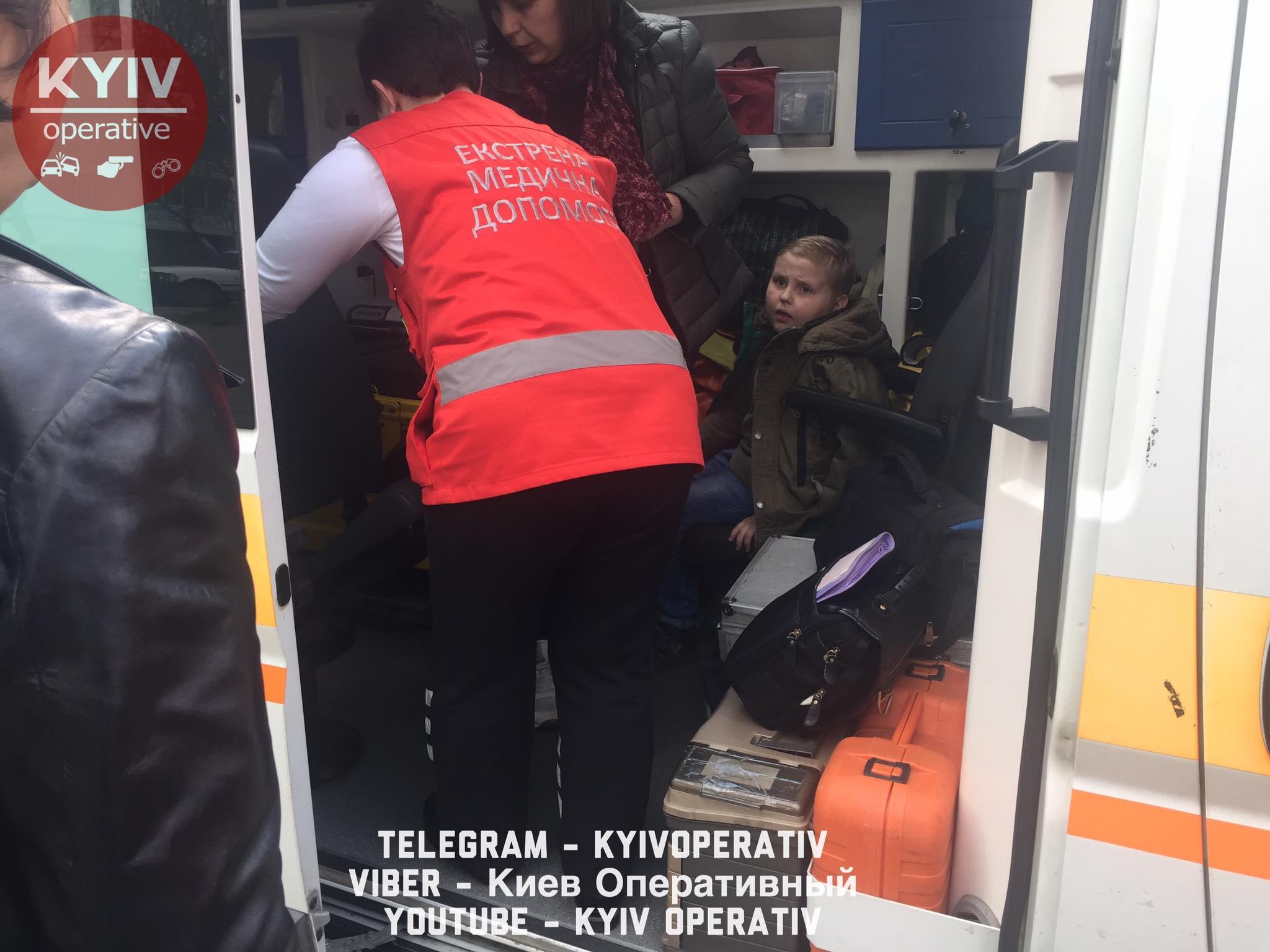 В Киеве водитель маршрутки прищемил дверью ногу ребенка и поехал