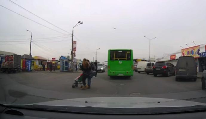 В Киеве из-за двух девушек едва не пострадал маленький ребенок
