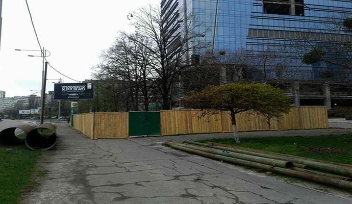 Возле ЗАГСа в Киеве уничтожают последнюю зеленую лужайку?