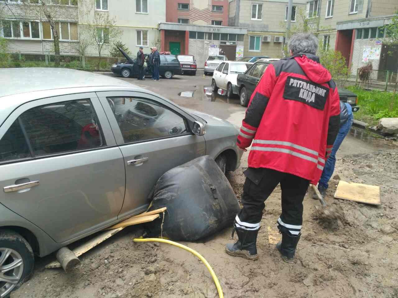 Во дворе жилого дома водитель авто провалился в яму