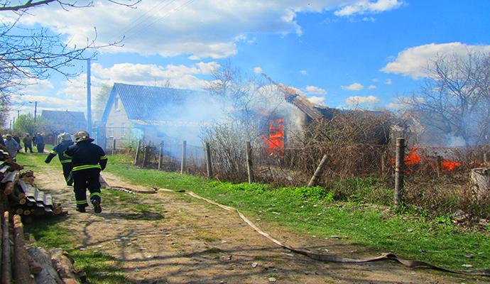 Житель Киевщины хотел сжечь мусор, а полностью уничтожил дом