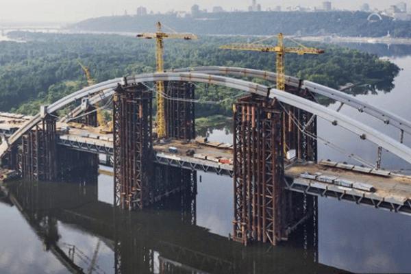 С недостроенного моста в Киеве свалился ребенок