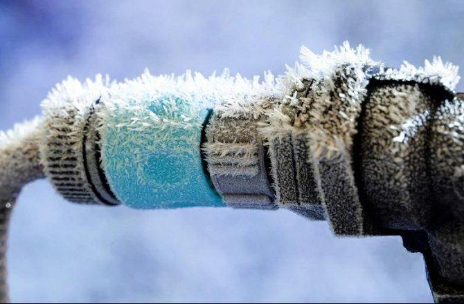 Из-за холодной погоды горячую воду решили не выключать в Киеве