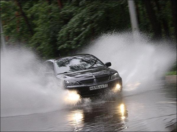 Причины аквапланирования авто: как справиться с ситуацией?