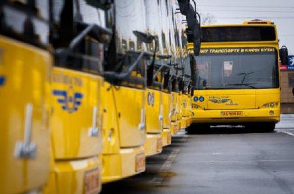 """В Киеве """"застрял"""" автобус между двумя припаркованными авто"""
