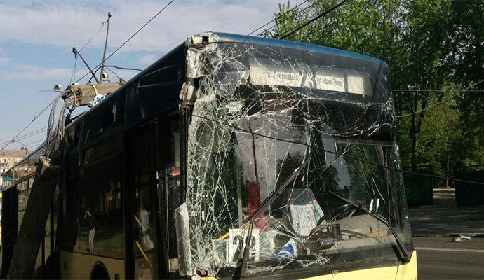 На Дорогожичах троллейбус влетел в столб электроопоры