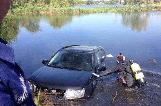 """За Киевом полицейские """"застукали"""" автомобиль в реке"""