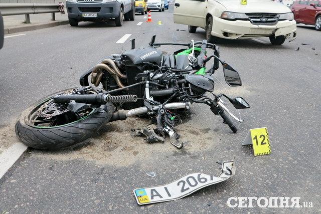 На мосту Патона погиб мотоциклист. Видео аварии