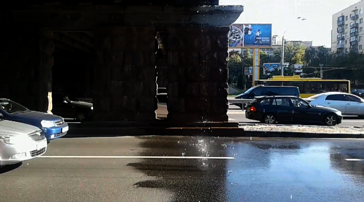 """В Киеве """"заплакал"""" Воздухофлотский мост"""