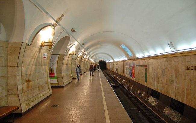 В метро под поезд упала женщина