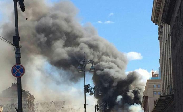 На Крещатике случился пожар. Улицу заволокло дымом