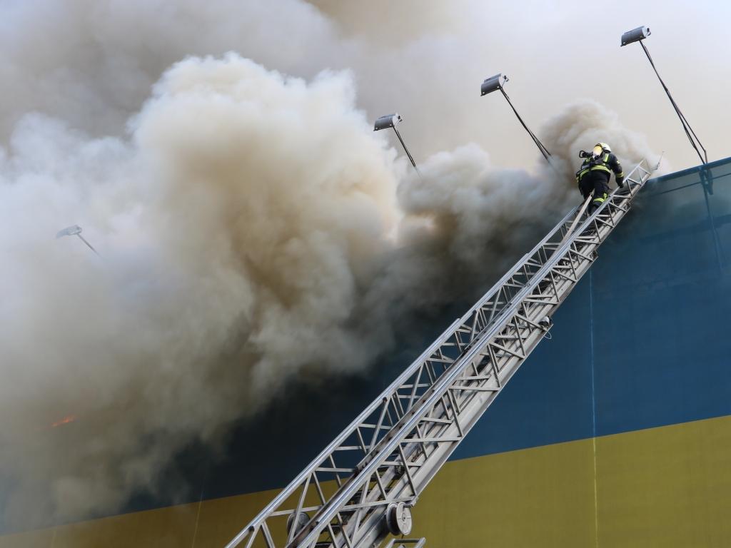 Пожар на Крещатике: сгоревшее здание может рухнуть