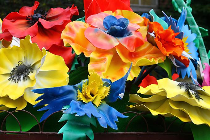 Напротив центрального ЗАГСа в Киеве поставили корзину цветов