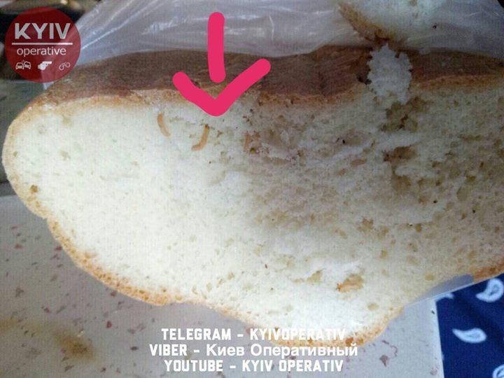 В столичном супермаркете продают хлеб с червями
