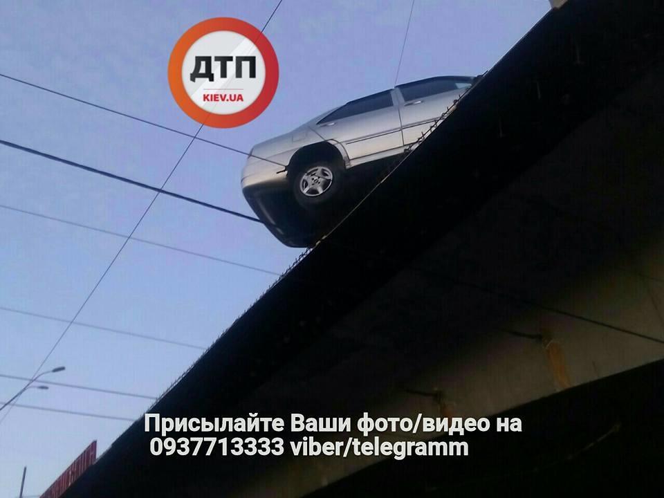 Чудом выжил: в Киеве на мосту после ДТП зависло авто