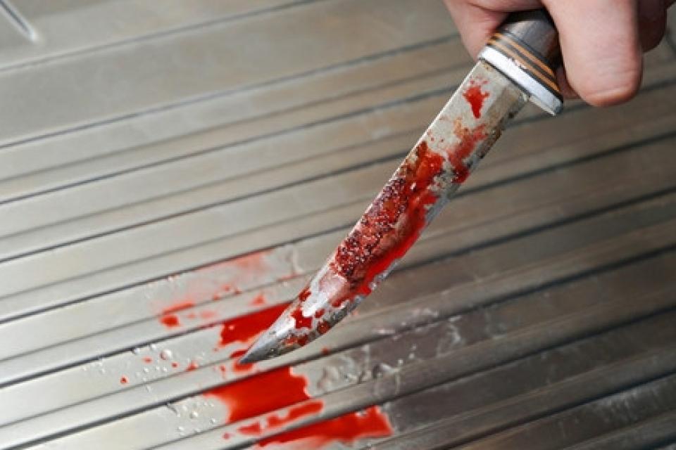 Жуткое происшествие в Киеве: супруг зарезал жену и пытался убить себя