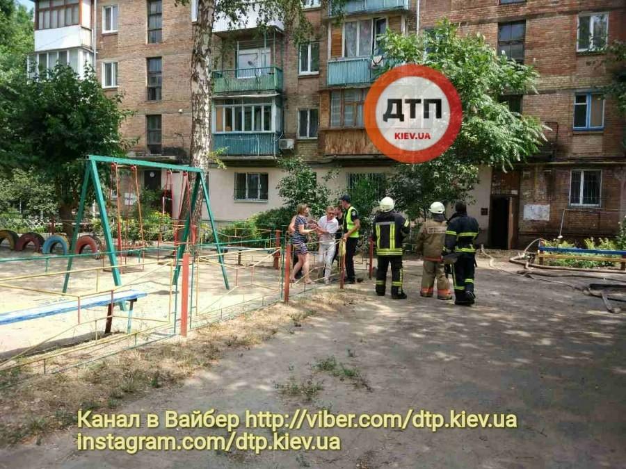 Трагедия на Подоле: дедушка успел спасти из пожара одного из двух детей