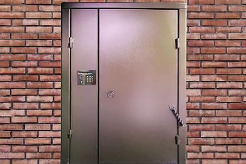 Входная дверь с домофоном после ремонта квартиры