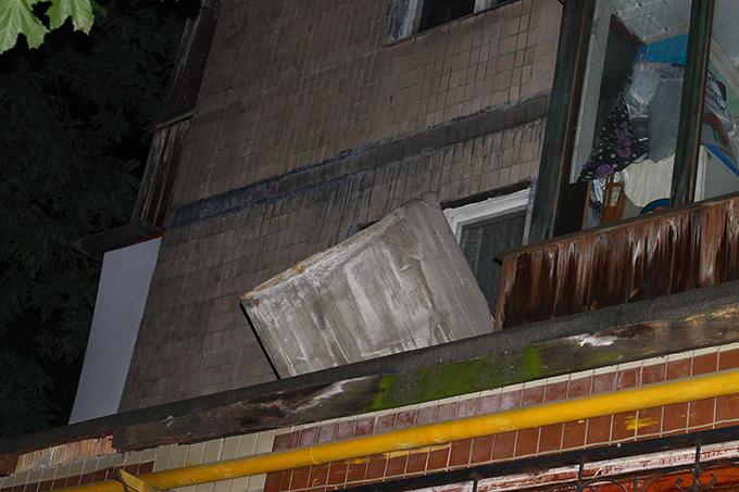 Чуть не убило: в Киеве с 5-го этажа дома упала плита