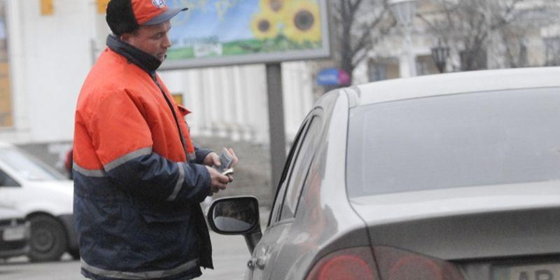 Парковщики в Киеве по прежнему кладут деньги себе в карман