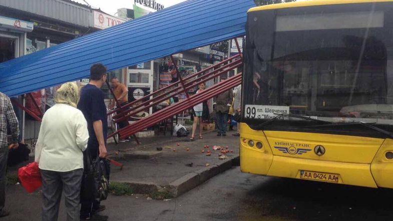 На площади Шевченко автобус врезался в остановку с людьми