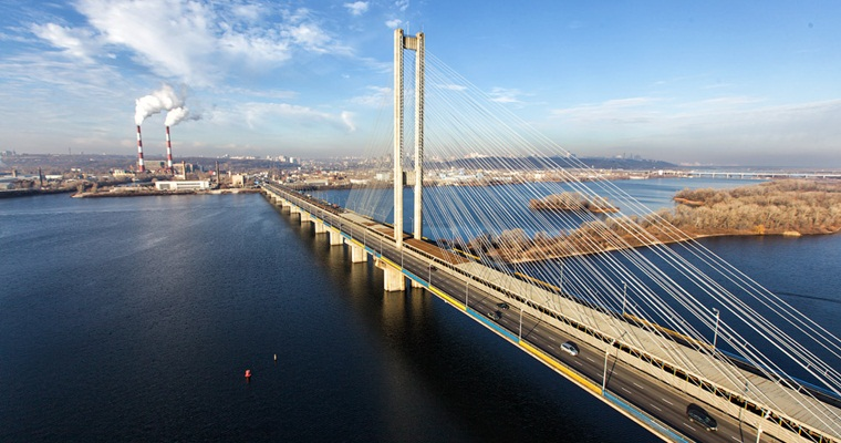 Южный мост в Киеве трещит по швам