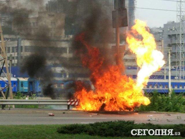 Огненное ДТП: в Киеве взорвалось авто, водитель чудом выжил