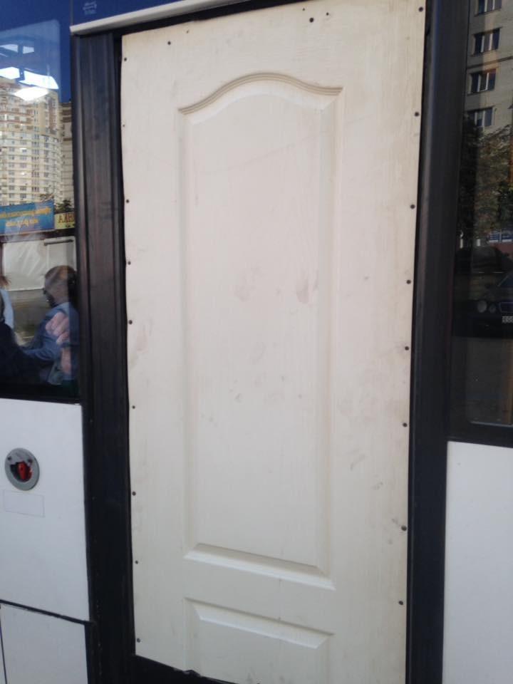 На Позняках заметили маршрутку с дверями ... в туалет