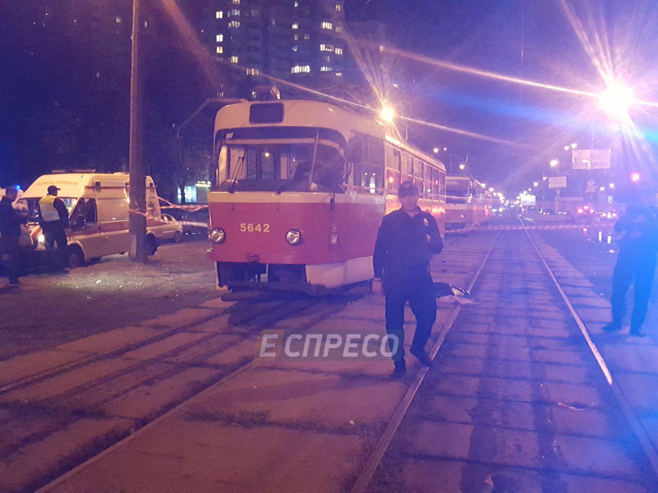 В Киеве женщина с ребенком попали под трамвай. Мальчик не выжил