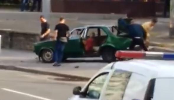 Неизвестные разбили автомобиль из-за парковки на тротуаре